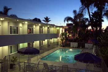 https://laavenidainn.com/wp-content/uploads/coronado_beach_hotel_pool_night.jpg